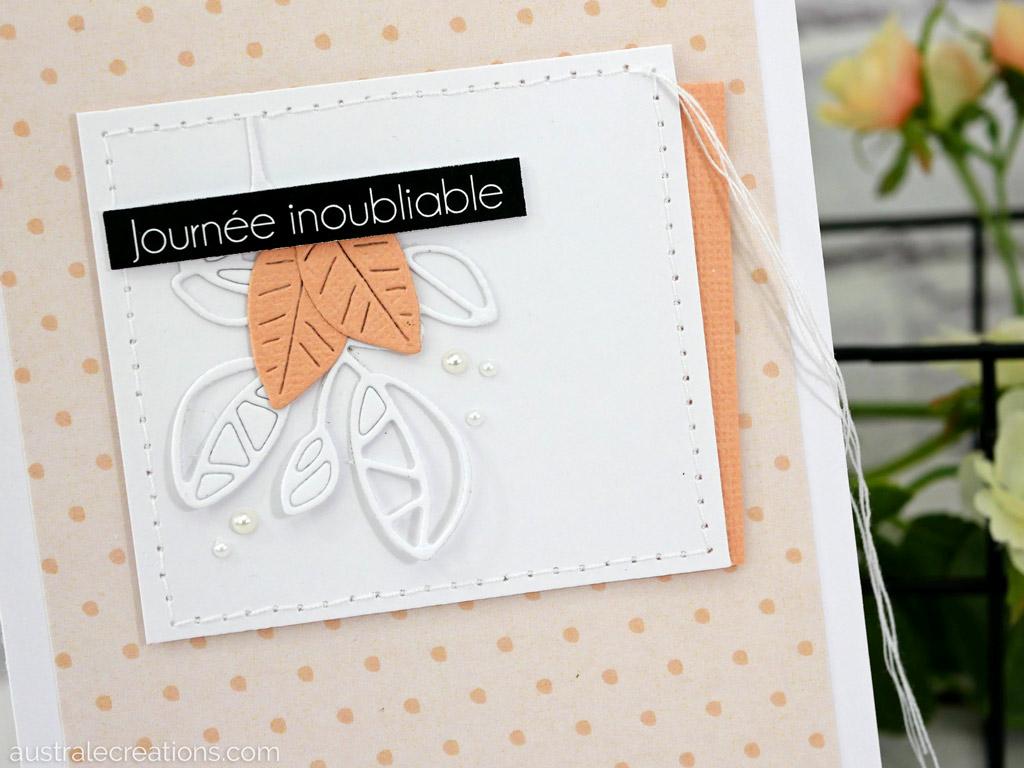 Carte d'anniversaire en blanc-saumon avec fond petits pois et un cadre avec feuillages, étiquette et une bordure couture.