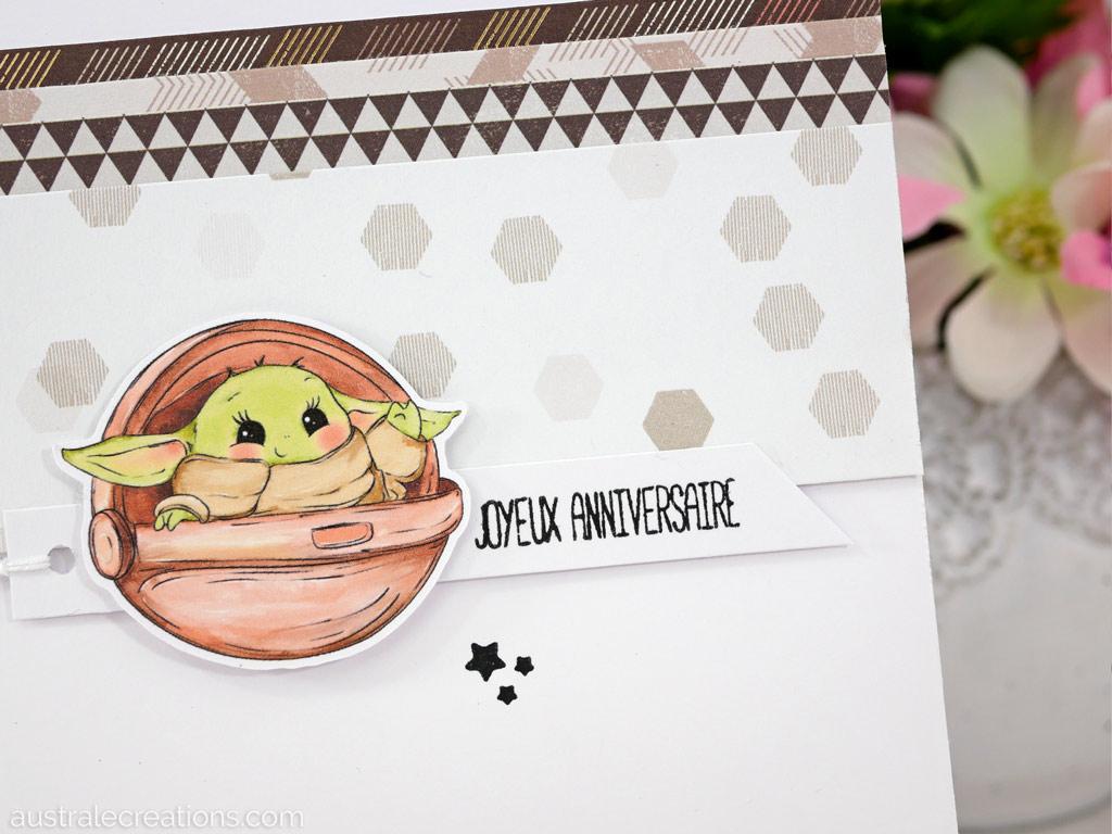 Carte d'anniversaire en blanc, kraft et mocha, très clean pour mettre en valeur ces jolis clipart de bébé Yoda.