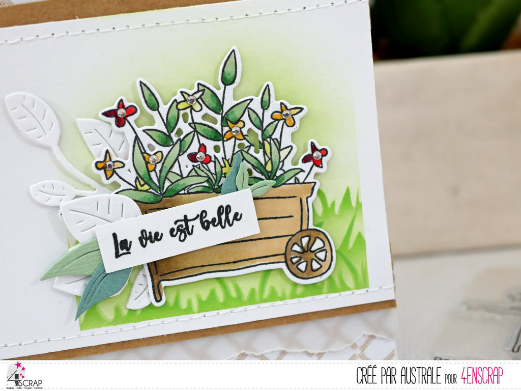 Carte pour toutes occasion avec une jolie brouette de fleurs, petit fond paysage et quelques feuillages dans un combo en kraft, vert, jaune et une touche de rouge.