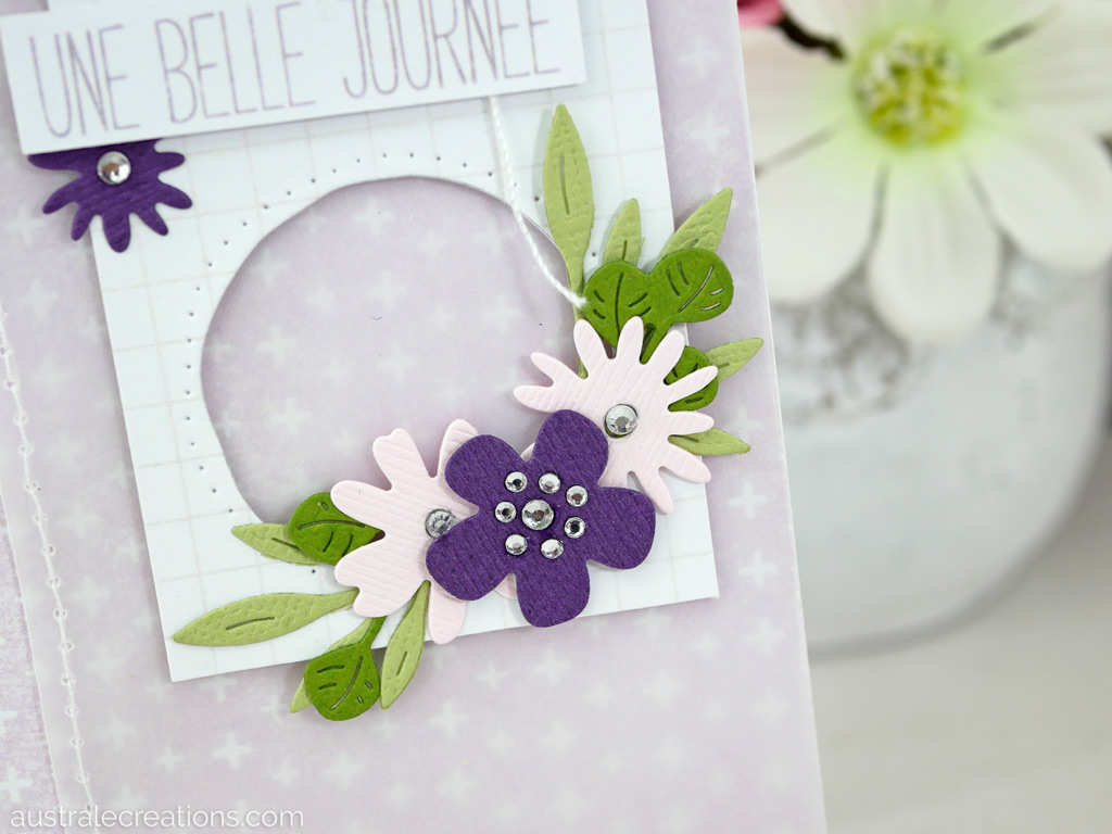 Carte d'anniversaire en rose, mauve et vert avec de jolies fleuretes et feuillages.