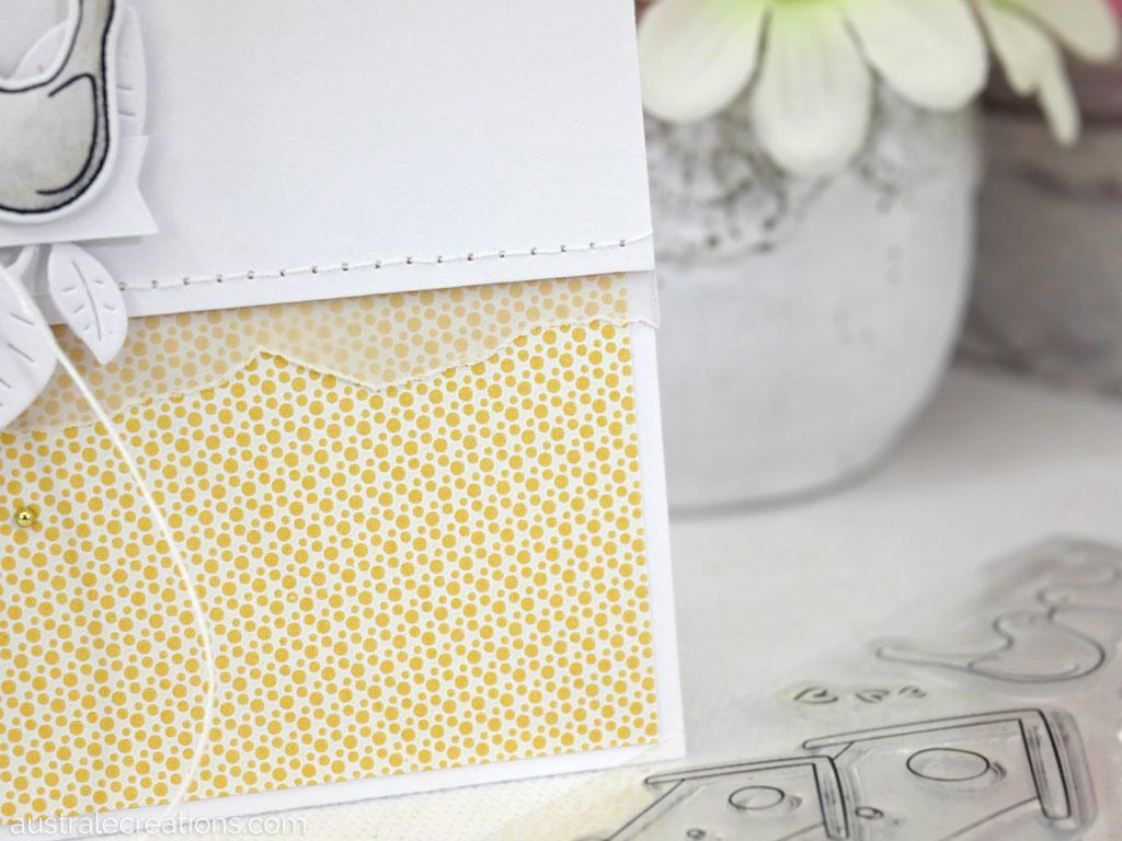 Carte d'anniversaire avec des petits oiseaux, quelques feuillages et un fond jaune à pois.