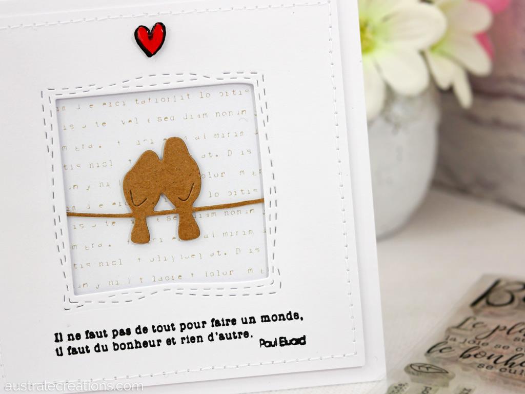 Carte sur le thème du bonheur avec un couple de petits oiseaux sur un fil sur fond écriture, petit coeur rouge et citation de Paul Eluard.
