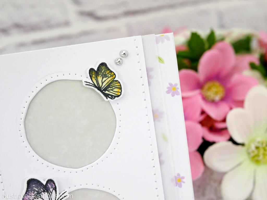 Carte d'amité en rose, mauve et jaune avec un papier de fond fleurettes, un trio de fenêtres rondes, papillons et feuillages.Carte d'amité en rose, mauve et jaune avec un papier de fond fleurettes, un trio de fenêtres rondes, papillons et feuillages.