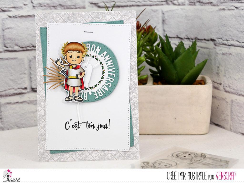 Carte d'anniversaire pour petit garçon avec un adorable gladiateur sur rond texte bon anniversaire, étiquettes et feuillages dans un combo en vert et kraft.
