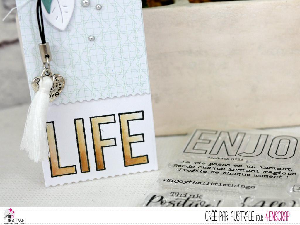 Marque-page avec gros texte Lifgre, étiquette, feuillages, pompon et breloque.