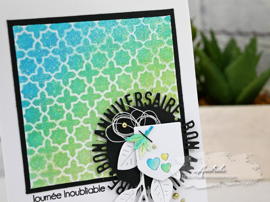 Carte d'anniversaire avec fond distress et pochoir dans un combo de bleu, vert, jaune et noir.