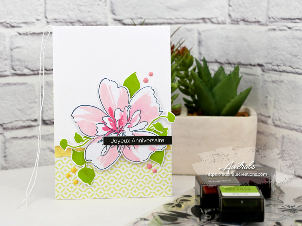 Carte d'anniversaire pour femme avec une grosse fleur, feuillages, dans un combo de rose, vert et jaune.