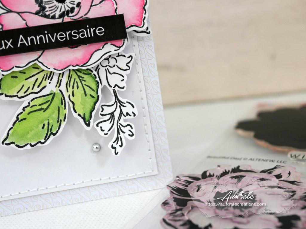 Carte d'anniversaire en vert, rose, gris avec une jolie fleur, feuillages sur un fond de papier gris esperluette et triangles.