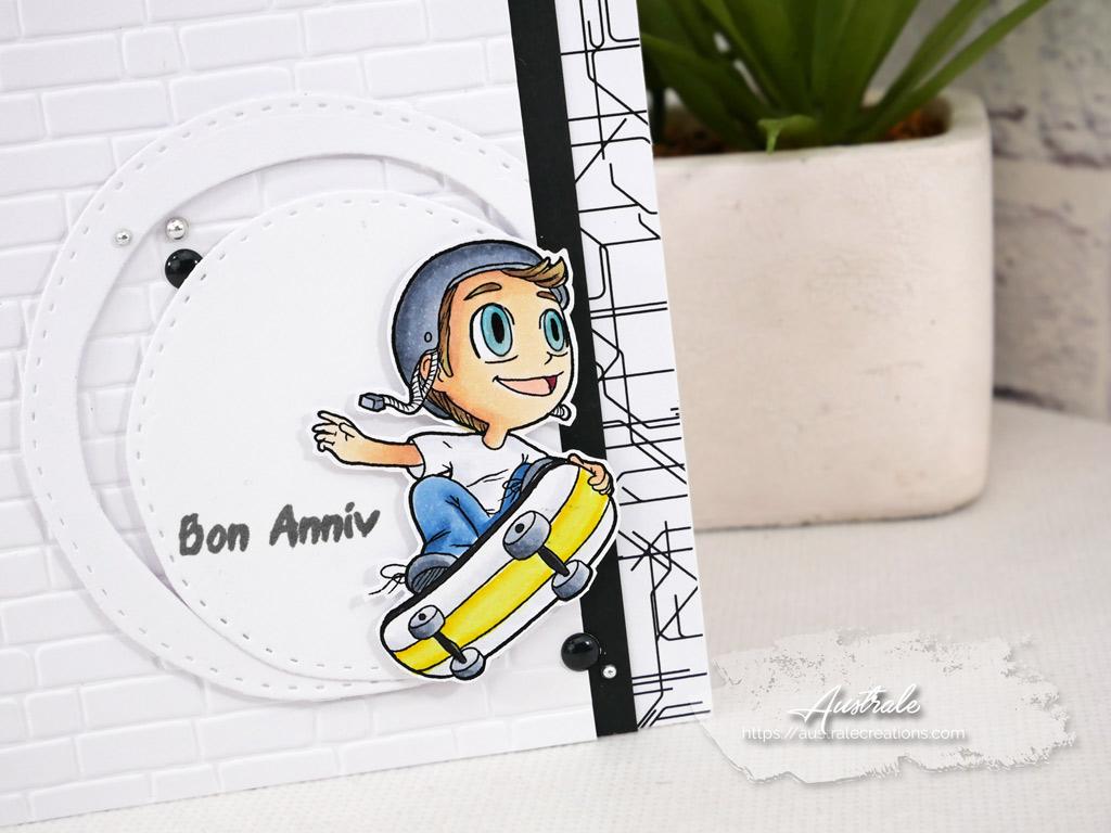 Carte d'anniversaire pour garçon avec skateboard, papier effet carte de métro et mur de briques.