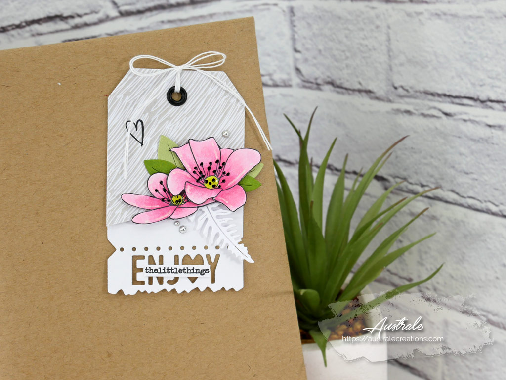 Etiquette cadeau pour anniversaire avec anémones sur fond blanc et gris.