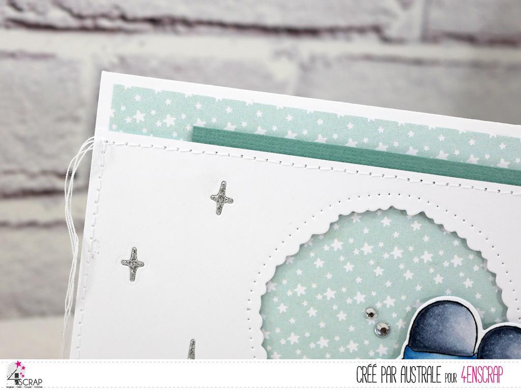 Carte d'hiver avec couple de pingouins, fenêtre ouverte sous une pluie d'étoile et quelques feuillages.