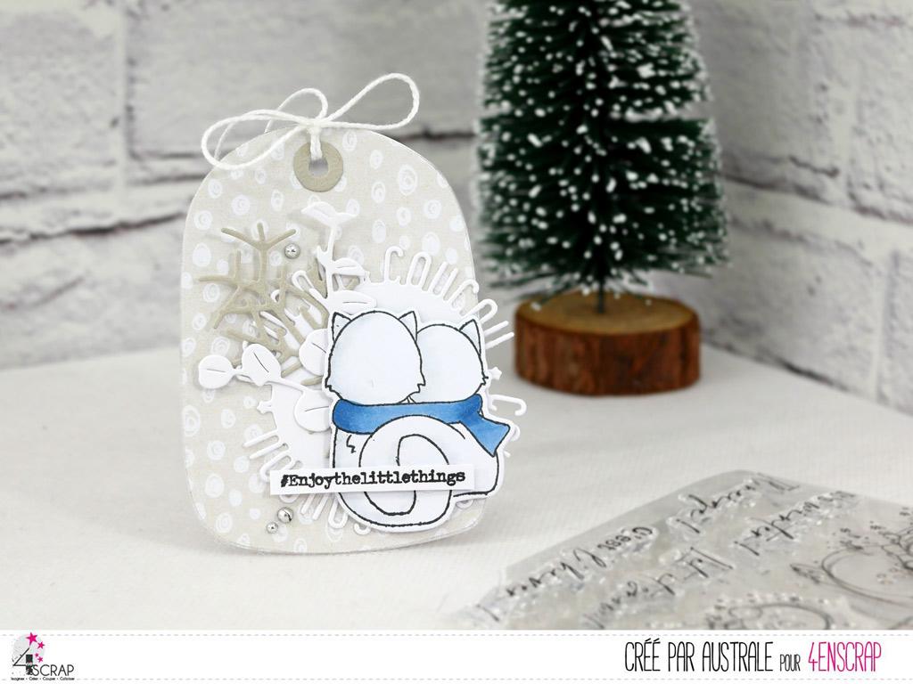 Etiquette cadeau de Noël avec couple de renards blancs.