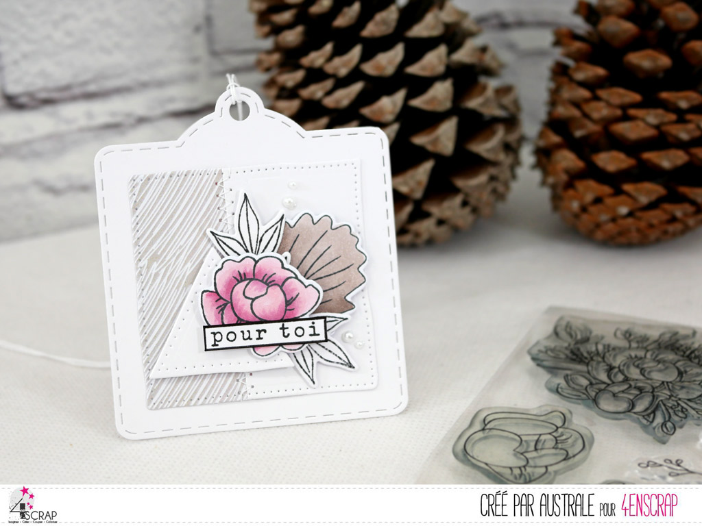 Etiquette cadeau avec anémones et feuillages sur un triangle.