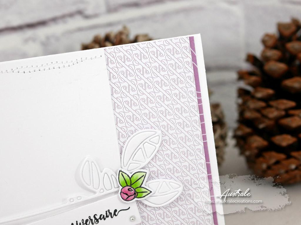 Carte d'anniversaire en mauve et vert avec fond de papier imprimé esperluette, étiquette à feuillage et petites roses mises en couleurs au copic.