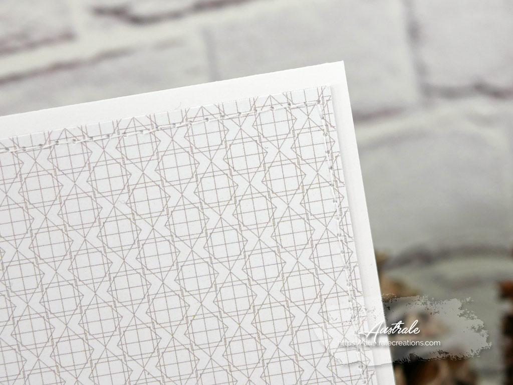 Carte pour toutes les occasions avec un fond de papier imprimé de motifs graphiques, composition florale anémones, feuillages et cloche de verre.