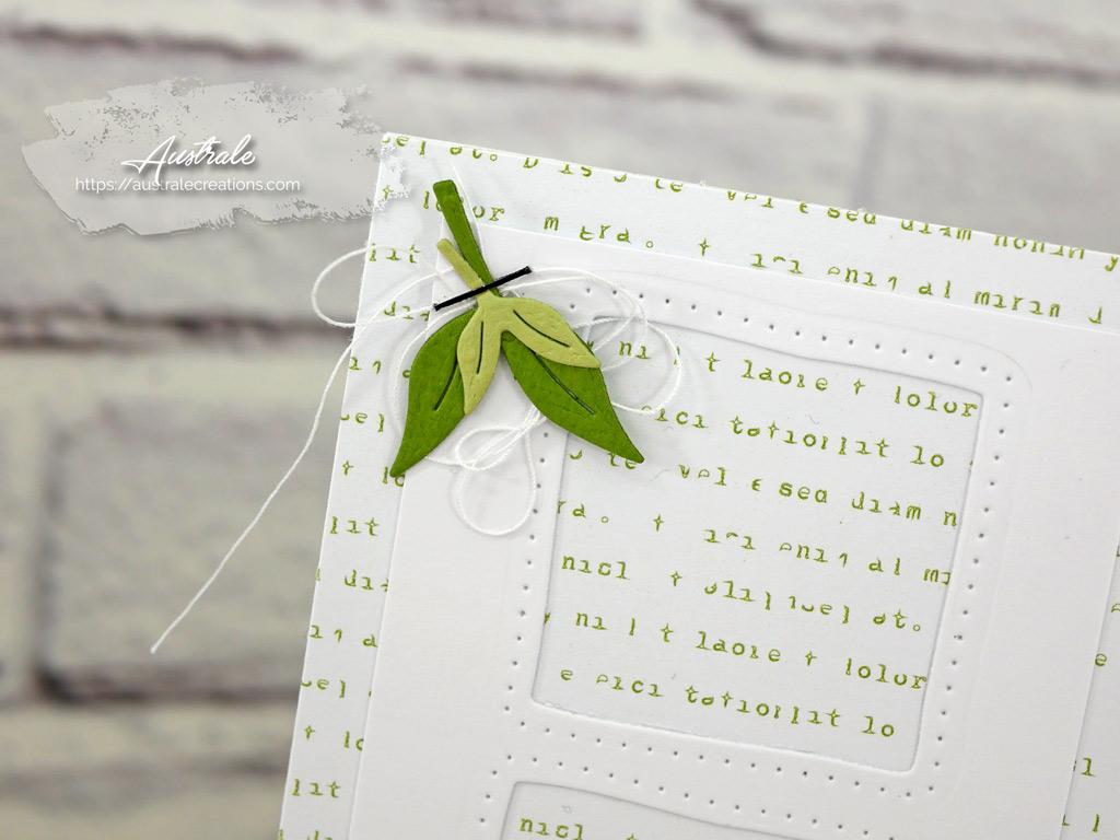 Carte toute en hauteur avec papier de fond imprimé de texte vert, trio de fenêtres carrées, quelques feuillages, sac à dos et gourde mis en couleurs aux Copic