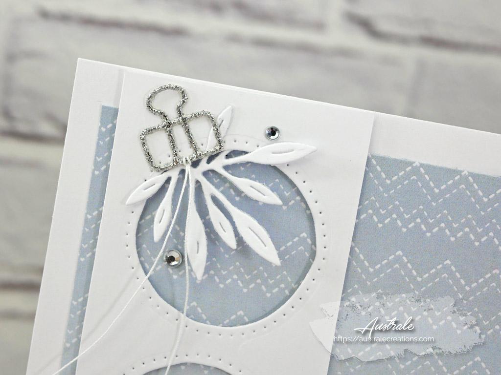 Carte d'anniversaire dans un combo en blanc, bleu et verts, ours et quelques feuillages.