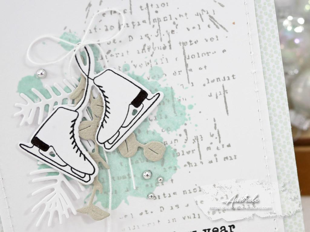 Carte de vœux 2021 avec fond façon patouille, taches, feuillages et patins à glace dans un combo en menthe blanc et taupe.