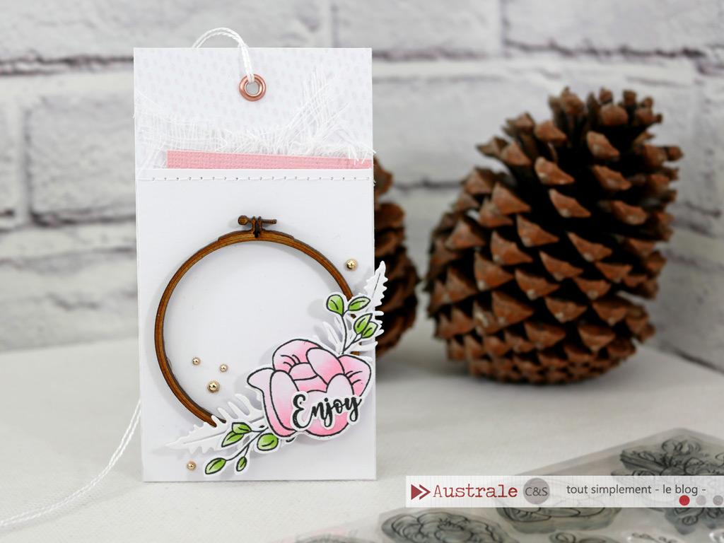 Etiquette cadeau avec cercle à broder, couronne d'anémones, tissu, liège et autres matières pour répondre au défis du blog CS tout simplement.