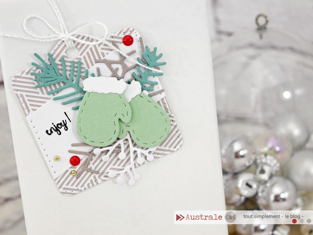 Etiquette cadeau en taupe, verts et rouge, avec quelques feuillages d'hiver et moufles.