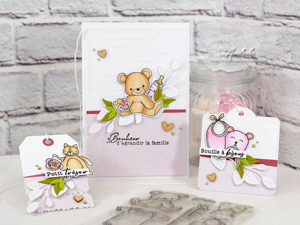 Ensemble cadeau composé d'une carte et de deux étiquettes avec fond embossé, feuillages, ourson, doudou, bonnet et bavoir dans un combo en rose, marron et vert.