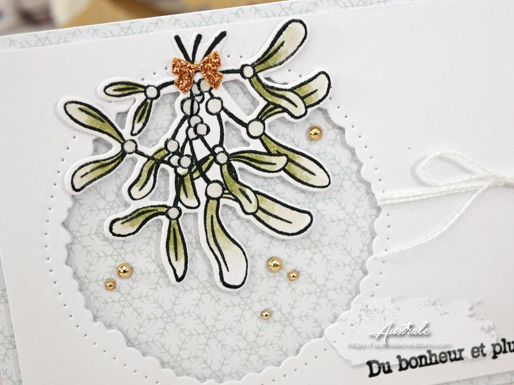 Carte de voeux pour la nouvelle année avec fond imprimé de flocons, gui mis en couleurs aux feutres aquarelle et ronds festonnés de 4enscrap.