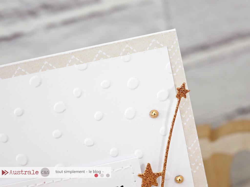 Carte de voeux pour nouvelle année avec grand texte, feuillages, fond embossé et papier imprimé.