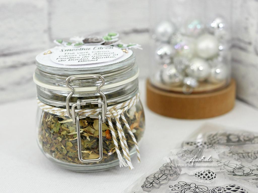 Bocal de thé décoré dans un combo nature en taupe et vert et une touche de couture en 4enscrap.