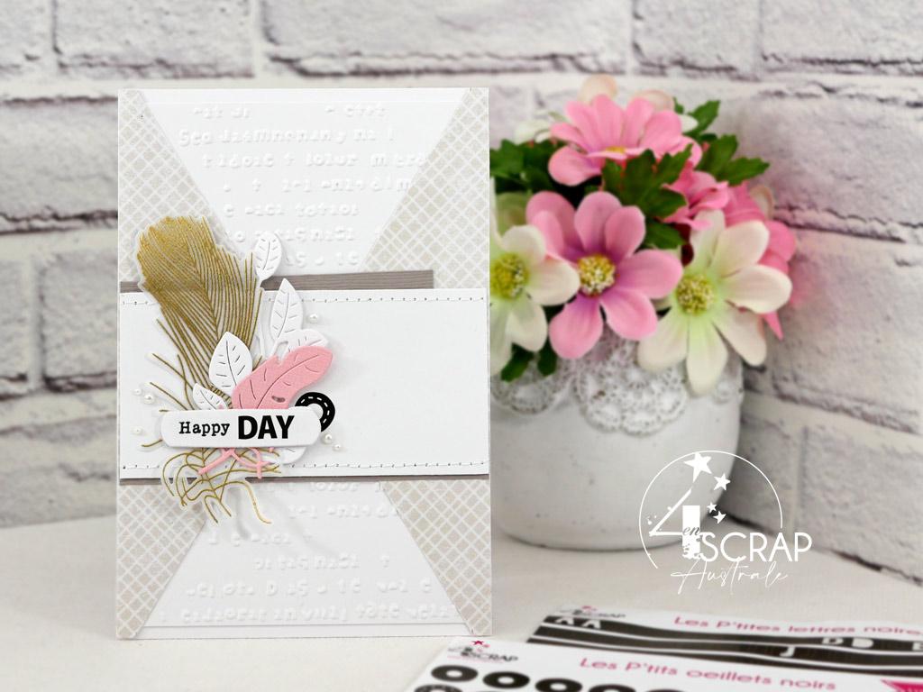 Carte d'anniversaire dans un combo en beige, rose et doré, avec des plumes, des feuillages, étiquette et œillet en stickers.