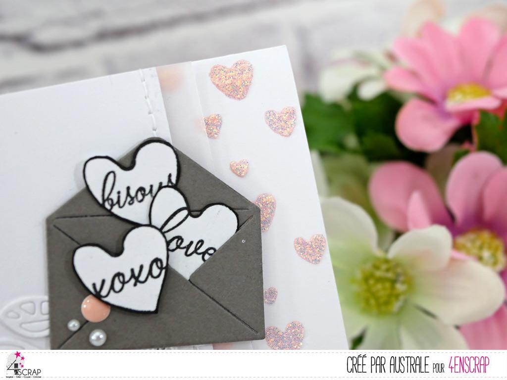 Carte avec fond réalisé à la pate de texture pailletée et au pochoir, enveloppe de petits coeurs, étiquettes et feuillages.