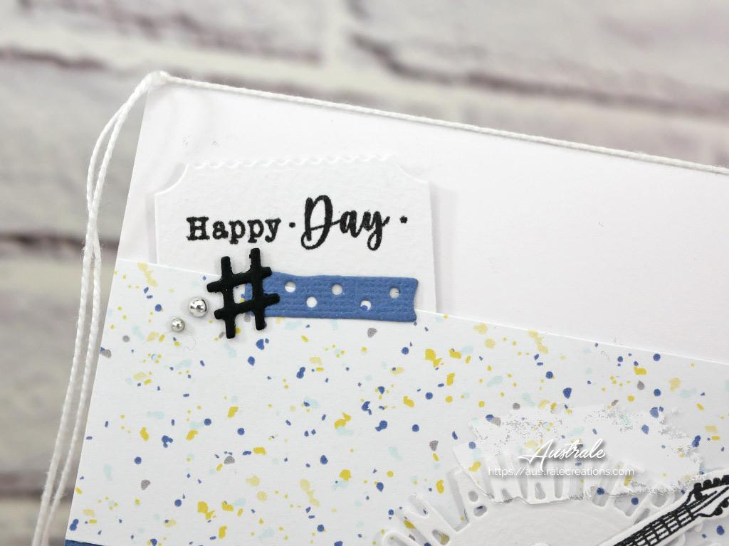 Carte d'anniversaire pour enfant ou adolescent dans un combo de bleu, différentes étiquettes et une guitare en noir et blanc.