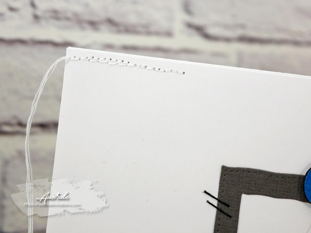 Carte pour anniversaire d'enfant ou masculine avec fond gris imprimé de motifs graphiques, cadre et envolée de ballons de fête.