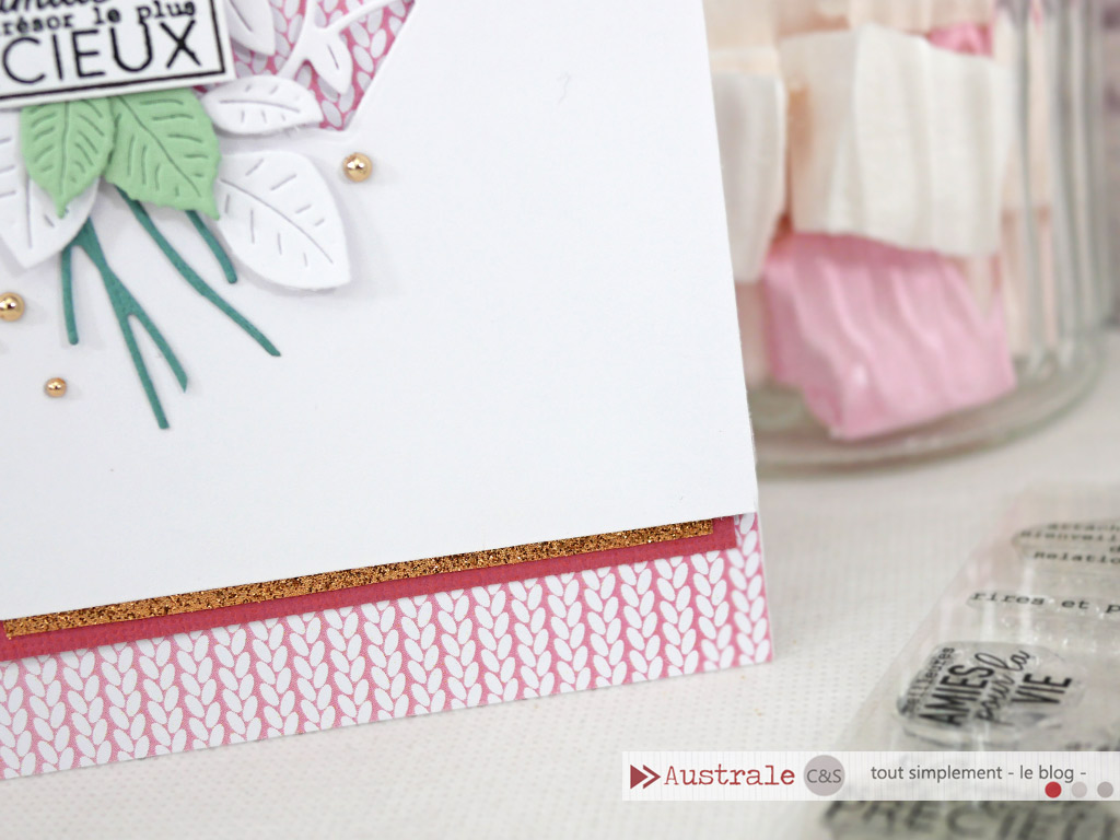 Carte d'amitié pour la Saint Valentin en rose, blanc, cuivré, une touche de feuillages et de couture, un coeur évidé sur fond de tricot rose et étiquette pour le sentiment.