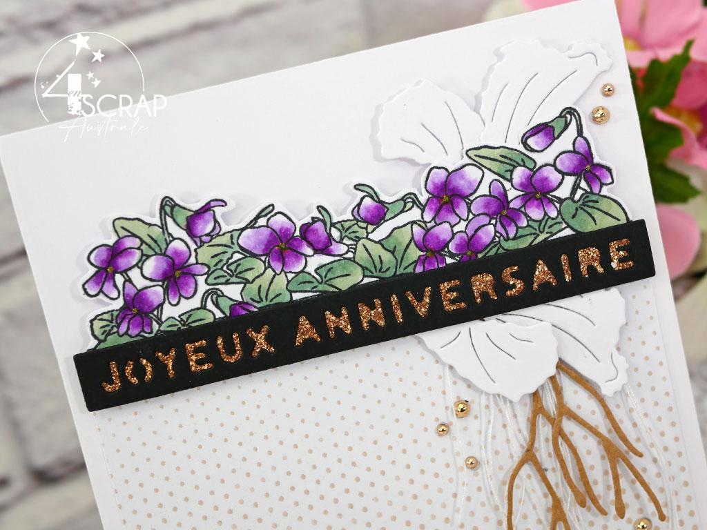 Carte d'anniversaire mauve, blanc, kraft, bouquet de violettes, feuillages et étiquettes joyeux anniversaire en transparence pour l'avant première de la collection printemps 2021 de 4enscrap.