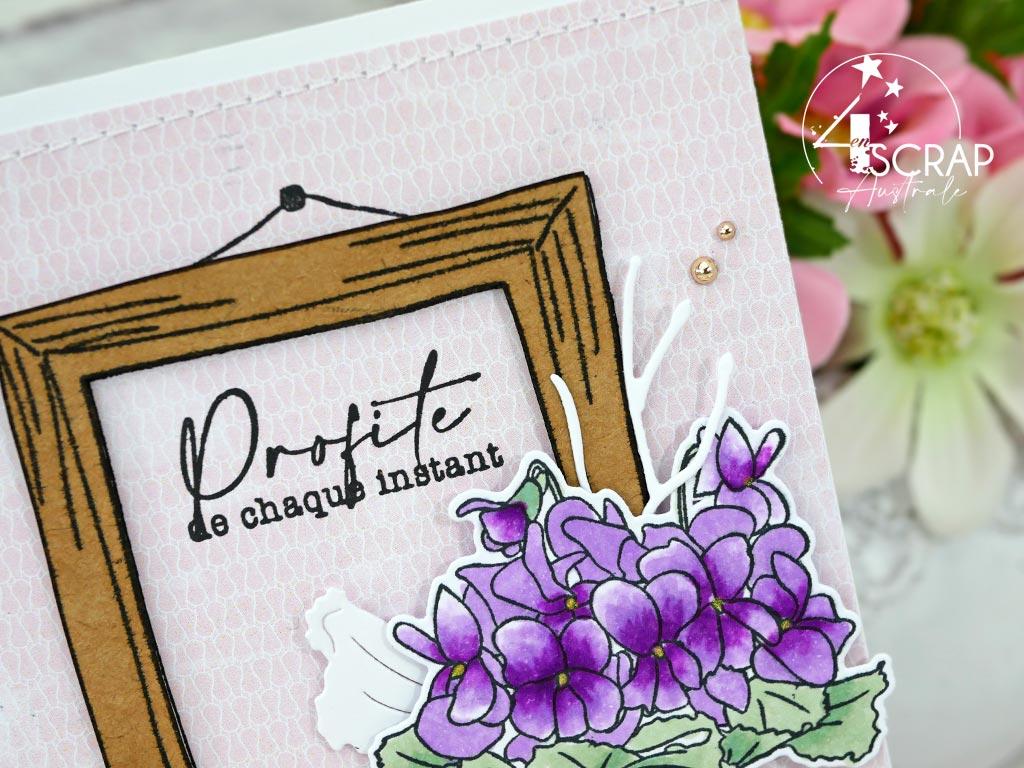 Carte printanière en rose, vert, kraft, grand cadre de tableau, bouquet de violettes et feuillages pour l'avant première de la collection printemps 2021 de 4enscrap.