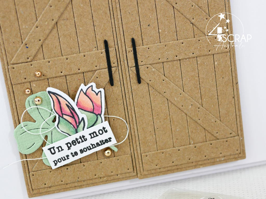 Carte interactive avec portes de grange coulissantes et s'ouvrant sur un gnome de printemps sur fond réalisé au pochoir et à l'encre distress.