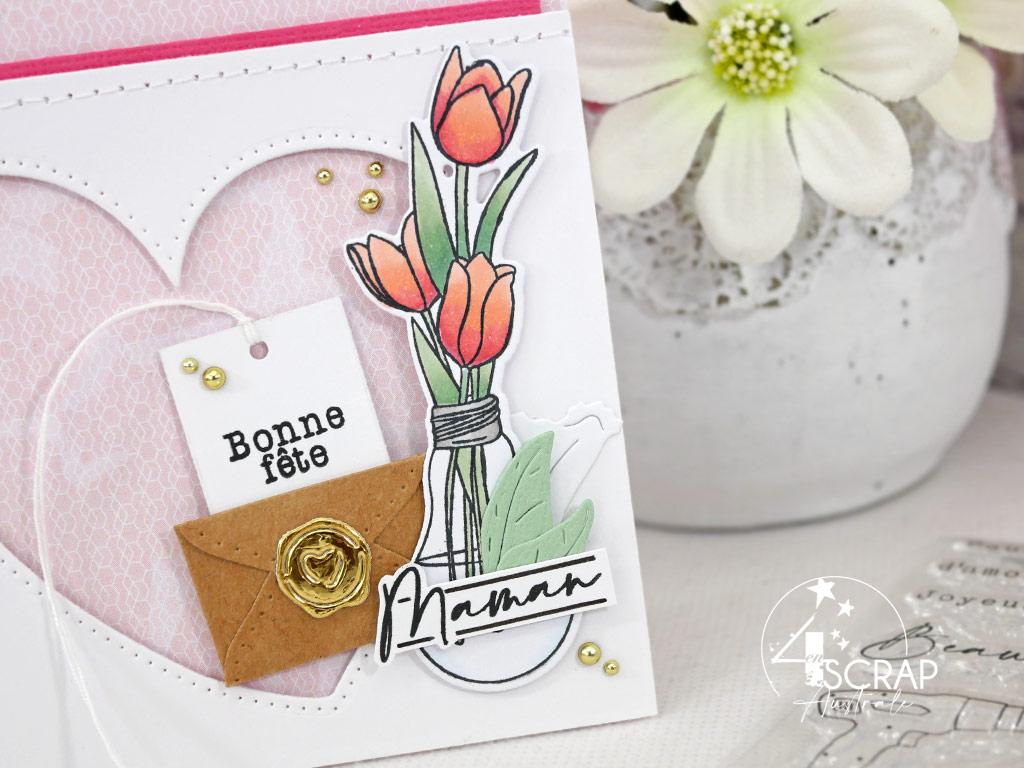 Carte pour la fête des mères avec bouquet de tulipes dans une ampoule, enveloppe avec son message secret et cœur évidé.