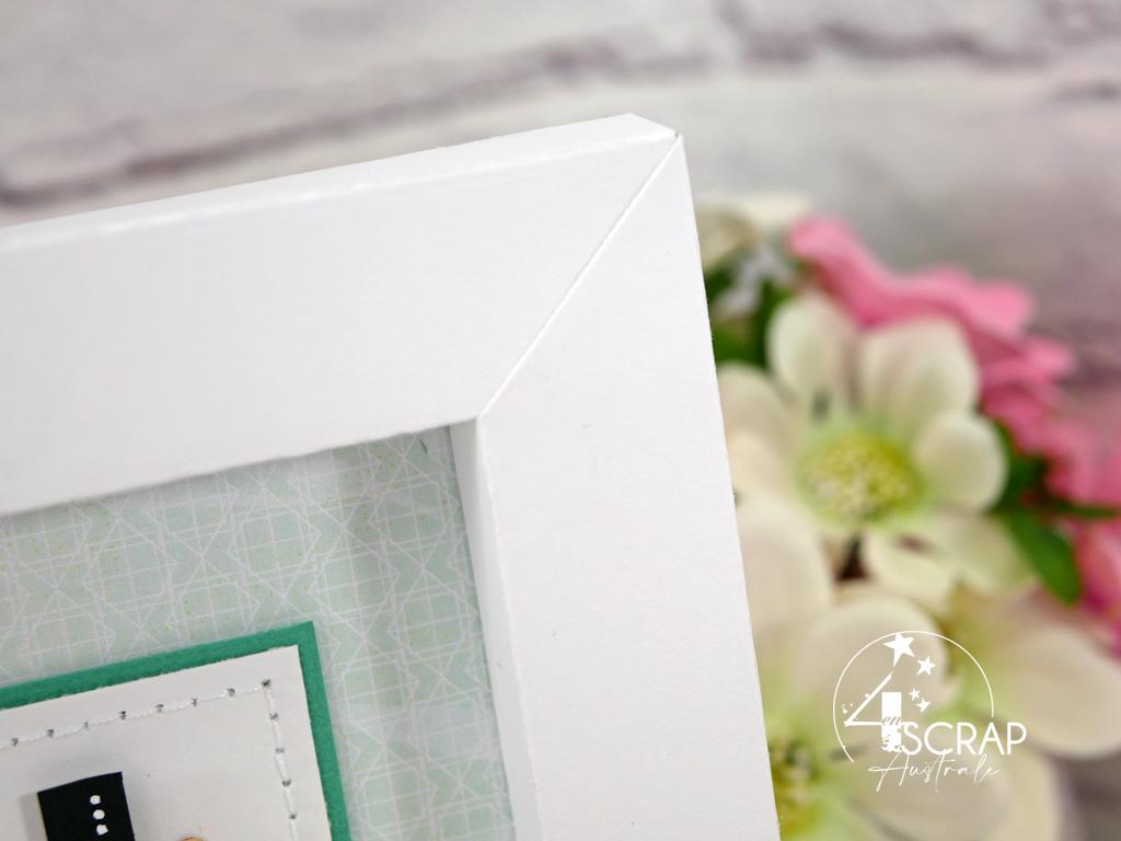 Home déco de printemps, cadre en papier avec fond dégradé, bouquet de violettes et feuillages.