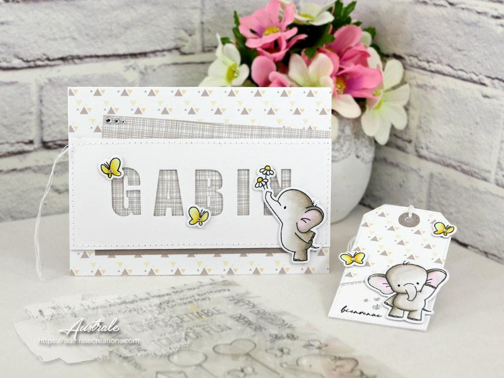 Carte et étiquette cadeau de naissance pour un garçon dans un combo en jaune et taupe, bébé éléphant, fleurs et papillons.