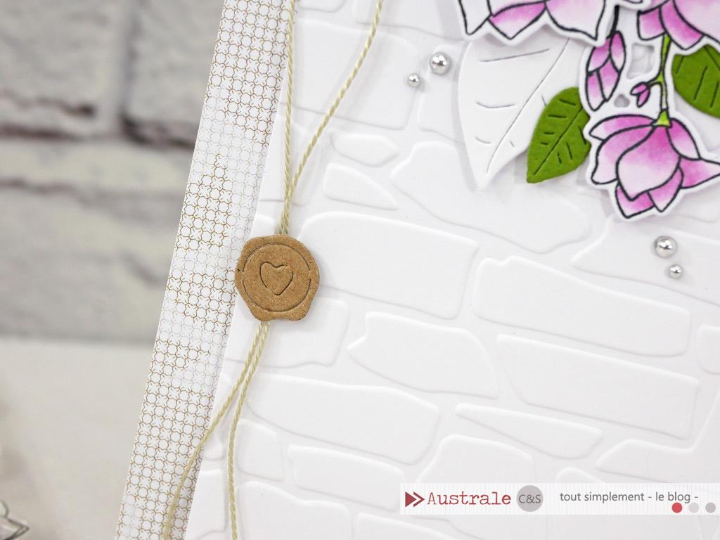 Carte pour toutes les occasions avec magnolias, feuillages, fond embossé mur de briques dans un combo en kraft, rose et vert.