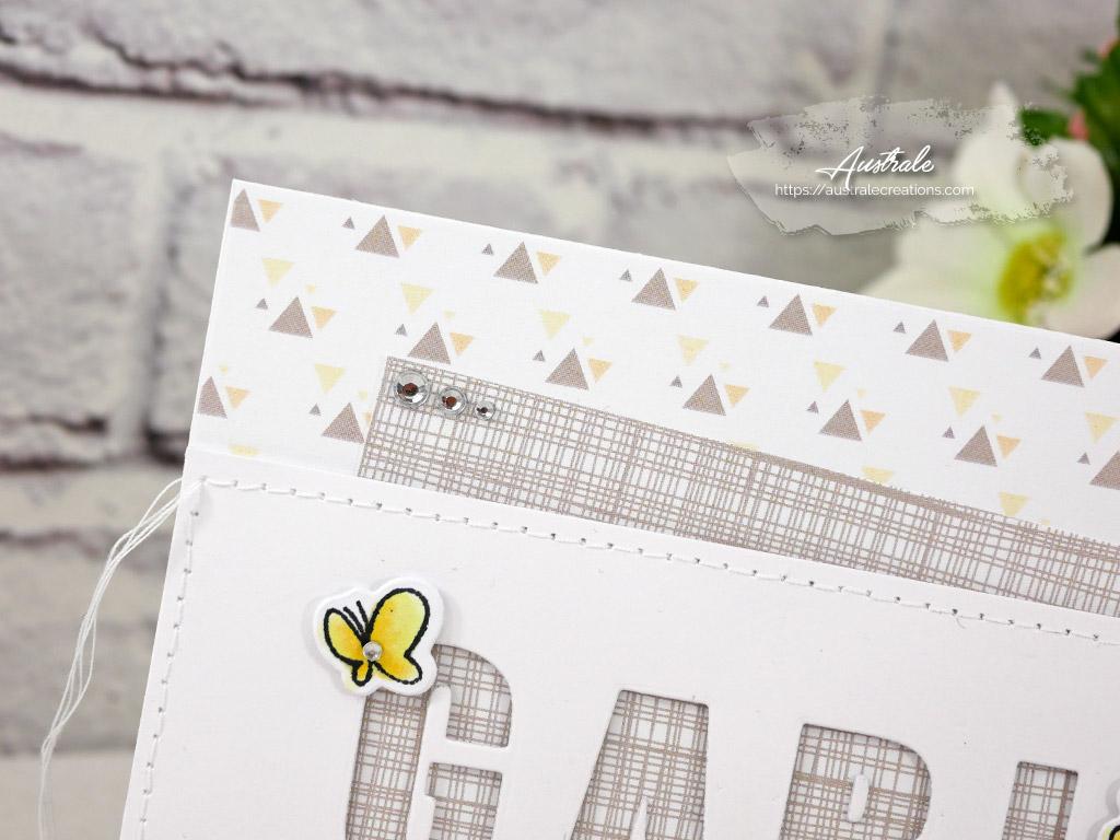 Carte de naissance dans un combo en jaune et taupe, le nom Gabin en transparence, bébé éléphant, fleurs et papillons.