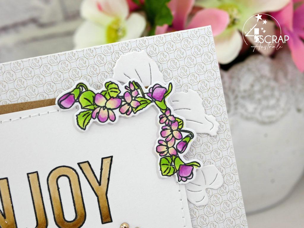 Carte d'anniversaire avec coins de violettes, feuillages et grand titre dans un combo en kraft, mauve et vert.