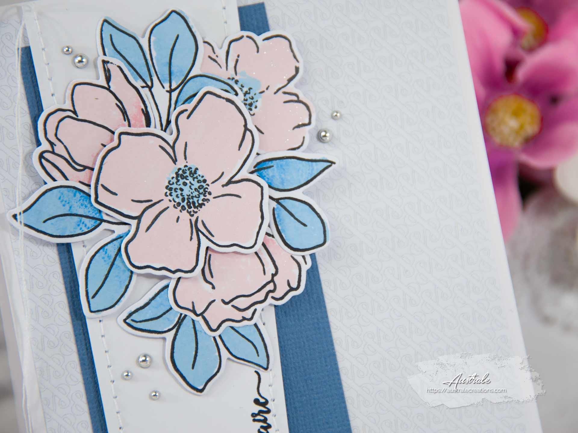 Création d'une carte d'anniversaire en rose, bleu et gris avec fleurs, feuillages et papier esperluettes.