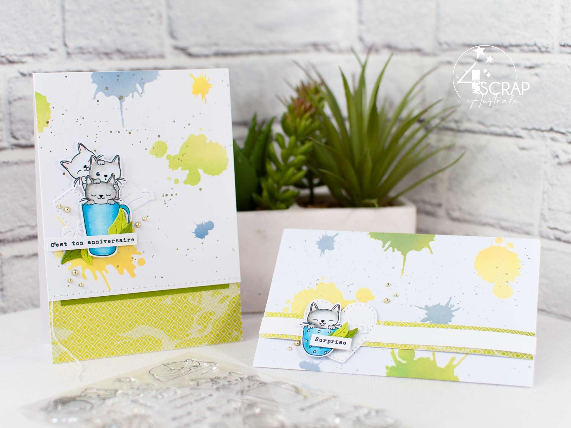 Carte d'anniversaire et enveloppe cadeau assortie avec fond taches réalisé au pochoir et à l'encre, des petits chats dans une tasse, feuillages et étiquettes.