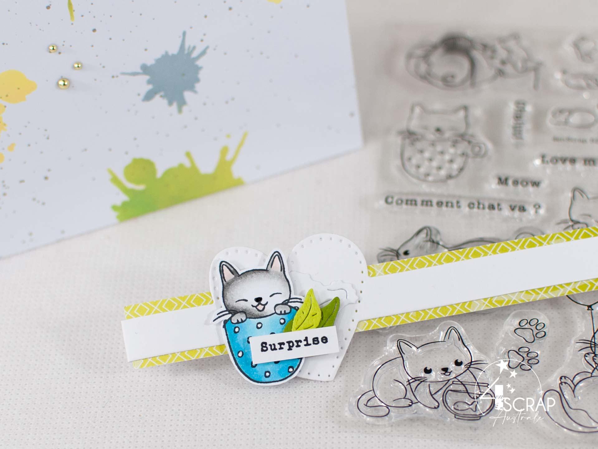 Enveloppe surprise pour anniversaire avec fond taches réalisé au pochoir et à l'encre, petit chat dans une tasse, feuillages et étiquettes.