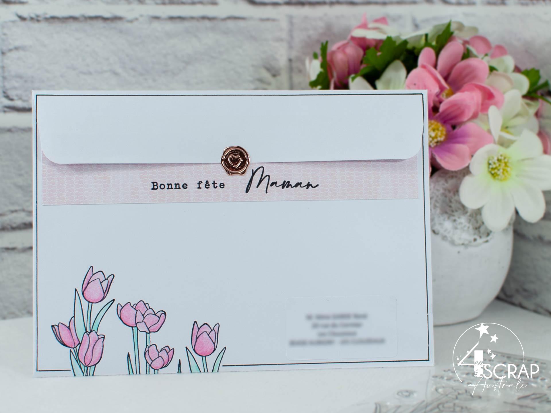 Customisation d'une enveloppe pour la fête des mères avec tulipes, papier imprimé rose et cachet de cire cuivré.