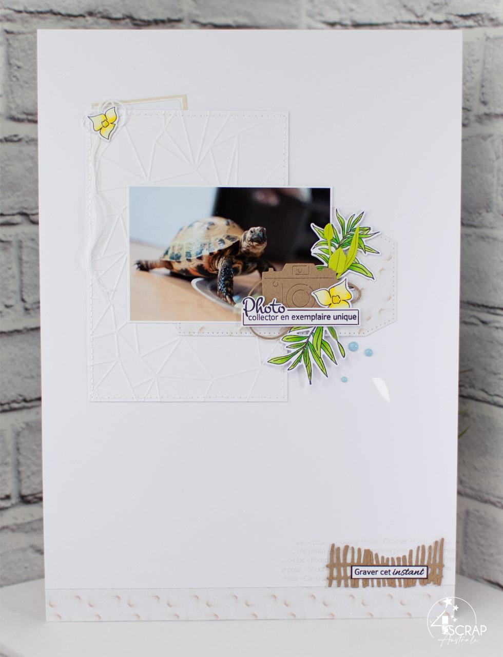 Création d'une page de scrap pour album A4 avec une photo d'une tortue, embossage à froid, feuillages, découpe d'appareil photo et étiquette.
