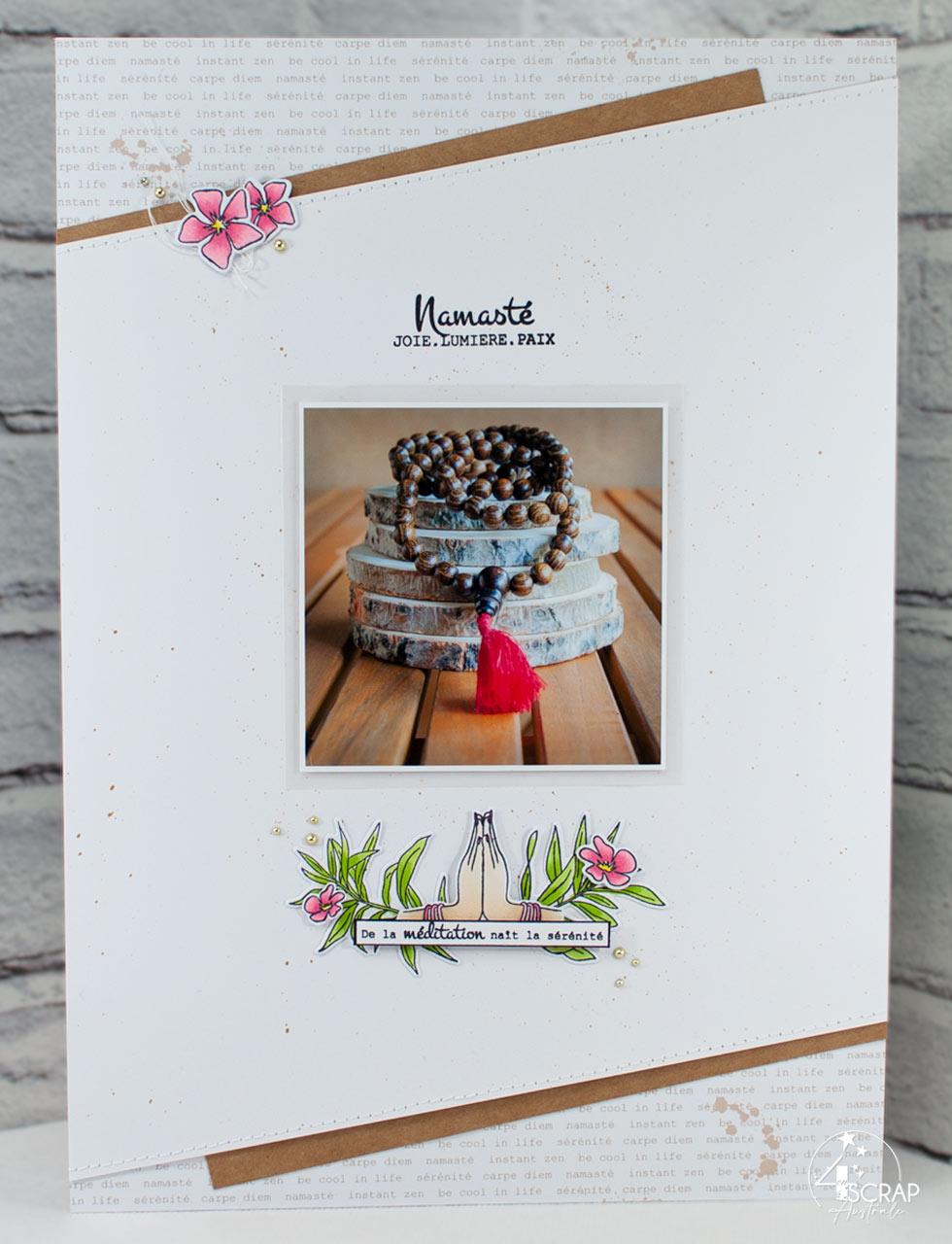 Création d'une page de scrap pour album A4 avec une photo d'un mala de perles en bois, feuillages et fleurs de laurier avec les mains en Namasté mudra.
