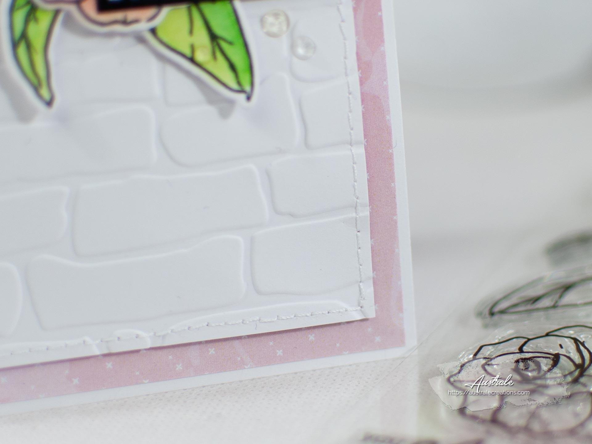 Création d'une carte pour anniversaire. Elle est décorée de fleurs et feuillages mis en couleurs à l'aquarelle dans un combo en rose, blanc et vert.