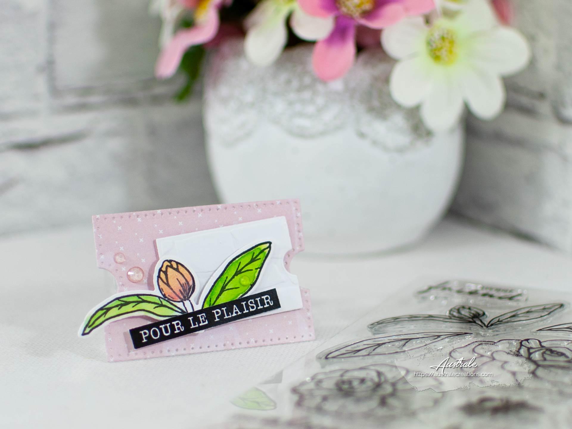 Création d'une étiquette cadeau pour anniversaire. Elle est décorée de fleurs et feuillages mis en couleurs à l'aquarelle dans un combo en rose, blanc et vert.